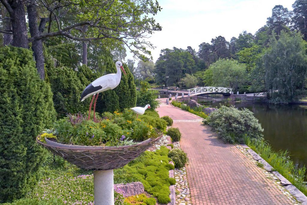 Sapokan vesipuiston kattohaikara -patsaat kävelytien varrella ja kauempana silta vierellä kulkevan kanavan ylitse.
