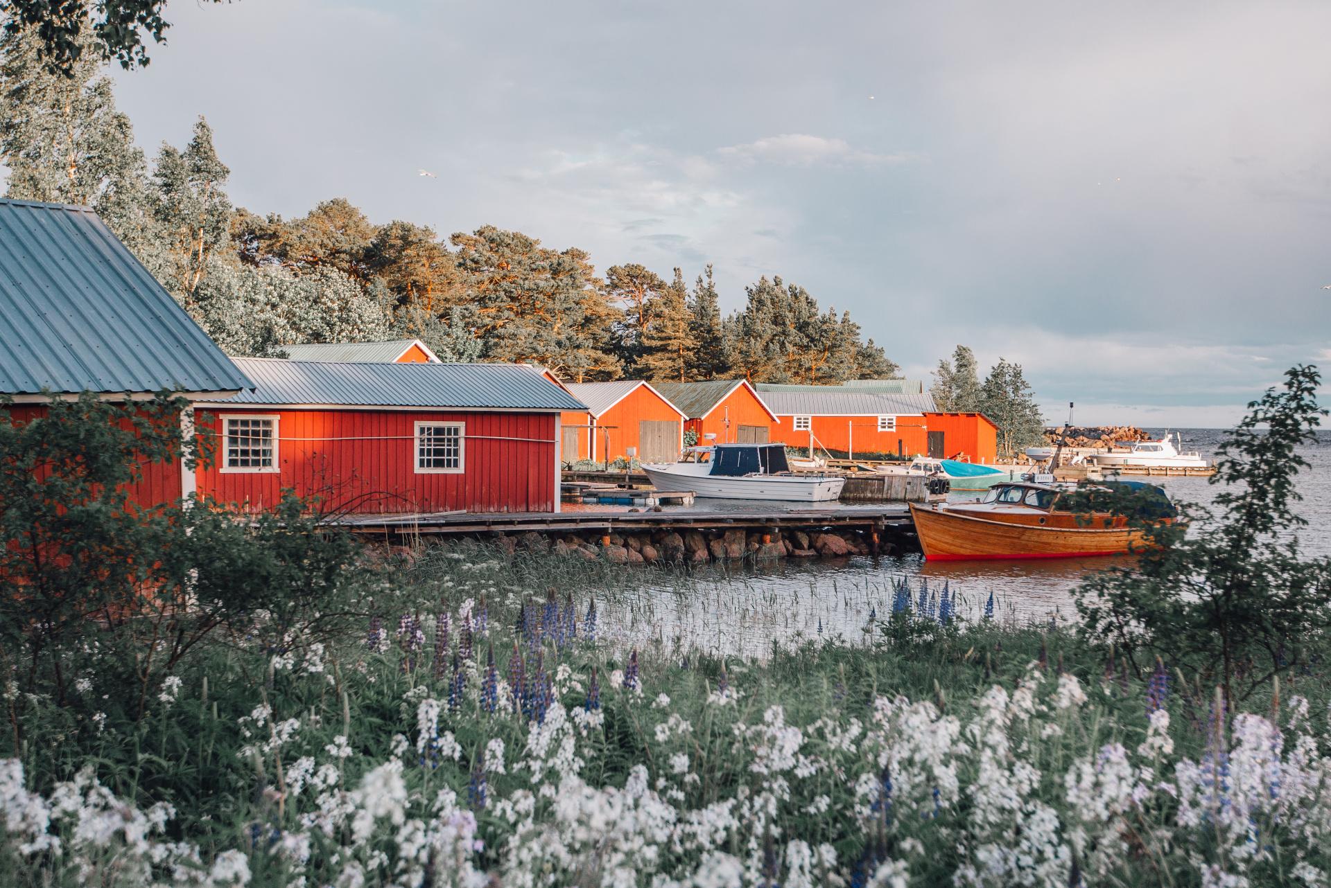 Kaunissaaren kylä rannassa