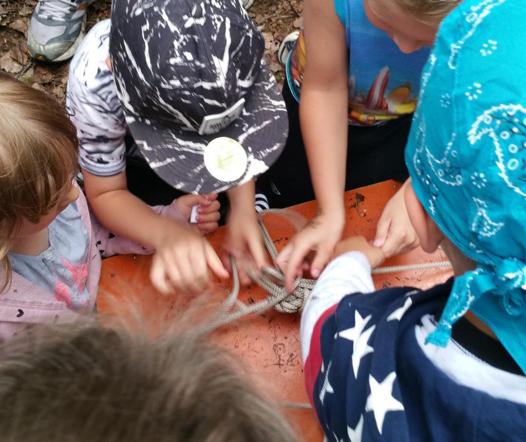 Lapset löytyneen aarrearkun ympärillä avaamassa sitä